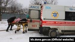 Медики оказывают помощь пострадавшим при пожаре в харьковском доме престарелых, 21 января 2021 года