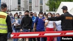 Коронавируска каршы вакцина алуу үчүн кезекте турган мигранттар. Москва. 26-июнь, 2021-жыл.