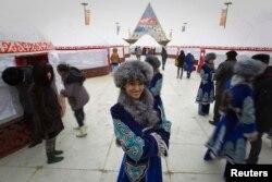 Народные гуляния в честь Наурыза в Астане, на фоне здания Дворца мира и согласия. 22 марта 2013 года.
