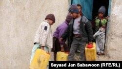 Афганские дети несут канистры с питьевой водой