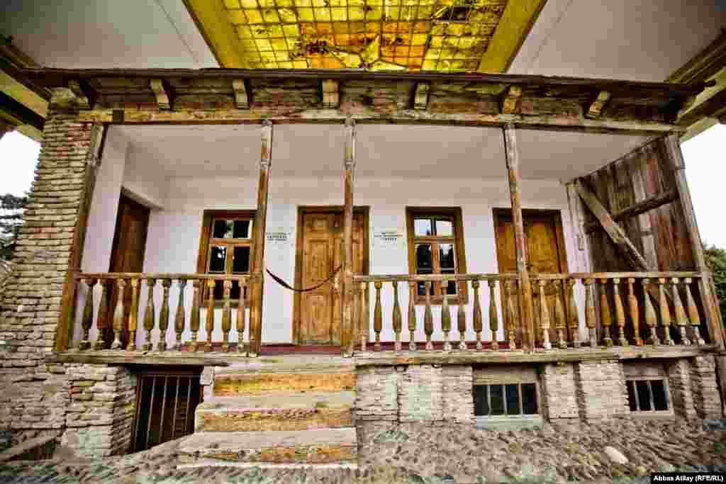 Vissarion Ivanovich Djugashvili-nin (Vissarion İvanoviç Cuqaşvili) kirayə yaşadığı bu evdə 1879-cu il dekabrının 21-də Joseph Stalin dünyaya gəlib. İki otaqlı evin bir otağında (sağdakı) ev sahibi, digərində isə (soldakı) Djugashvili ailəsi yaşayırdı.