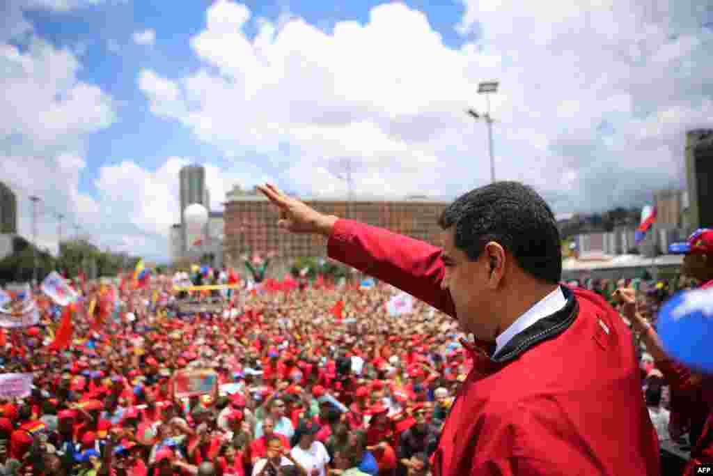 На фоне падающей цены на нефть с прилавков магазинов быстро начали пропадать товары первой необходимости. В магазинах их можно получить по паспорту, отстояв длинные очереди. Тем не менее голода в стране пока нет. На фото – Николас Мадуро выступает на пикете в поддержку своего правления. 1 сентября 2016 года.