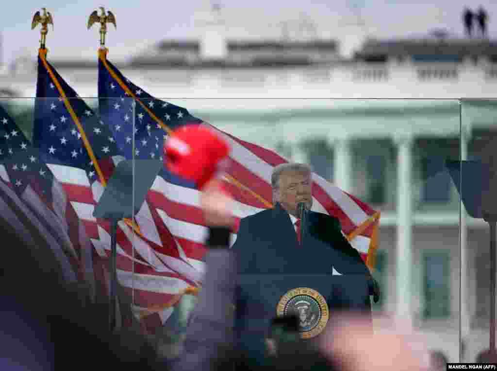 """Президент Дональд Трамп выступает перед собравшимися. """"Мы никогда не отступим, – заявил он.– Мы не дадим украсть ваши голоса""""."""