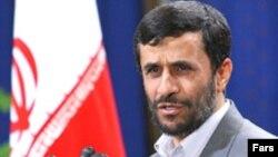 آقای احمدی نژاد می گوید که دولت موظف به پیگیری سیاست های هسته ای است.