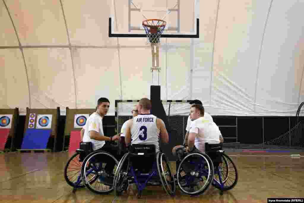 Збір перед грою у баскетбол на візках