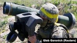 Un soldat ucrainean în cadrul unui exercițiu militar, 26 mai 2021.