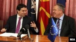 Архивска фотографија: Министерот за надворешни работи Никола Попоски и известувачот за Македонија во ЕП, Ричард Ховит.
