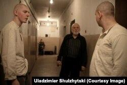 Уладзімер Шульжыцкі (зьлева) і Валер Мазынскі падчас здымкаў фільму «Пошуг маланкі»