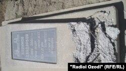 Разгрушенное надгробие на кладбище в Бободжонгафуровском районе.