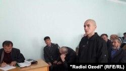 Умар Мирзоев (сидит слева) в ходе судебного процесса все время скрывал свое лицо