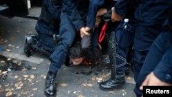Թայլանդ - Ոստիկանությունը ձերբակալում է ցուցարարներից մեկին, Բանգկոկ, 18-ը փետրվարի, 2014թ․