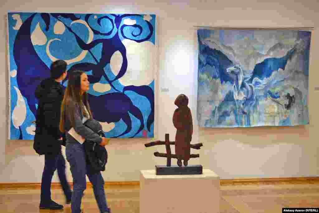 На этом фото – гобелены «Знаменосец» Алибая Бапанова (слева) и «Тишина» Галины Скобелевой. На переднем плане – скульптура «Аул» (дерево, камень) Малика Жунисбаева.