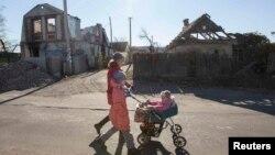 Жители села Семеновка в районе Славянска в восточной части Украины. Иллюстративное фото.