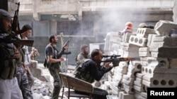 Иллюстративное фото. Члены Свободной армии Сирии во время боевых действий в сирийском Алеппо.
