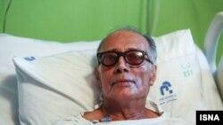 عباس کیارستمی در یکی از بیمارستان های تهران (عکس از آرشیو)