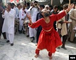 Pakistan -- Sufi rəqqas Hazrat Lal Shahbaz Qalandar-ın Sehwan Sharif-dəki məqbərə-ziyarətgahında keçirilən mərasimdə. 2013