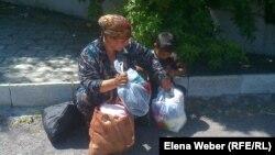 Женщина из малоимущей семьи упаковывает пакеты с вещами, которые она взяла на ярмарке. Темиртау, 29 мая 2013 года.