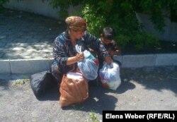 Тұрмысы нашар адамдарға арналған жәрмеңкеден келе жатқан тұрғын. Теміртау, 29 мамыр 2013 жыл. (Көрнекі сурет)