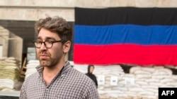 Американский журналист Саймон Островский у баррикад в Славянске
