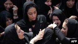Pamje nga varrimi i të vrarëve nga sulmi me bombë në Zahedan të Iranit në korrik të vitit 2010