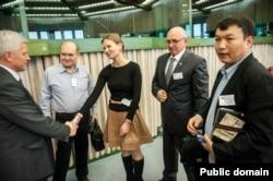 Мұрат Тұңғышбаев (оң жақ шеткі) пен Владимир Козлов (оң жақтан екінші) Жаңаөзен оқиғасы бойынша Еуропарламентте өткен конференцияда жүр. 7 наурыз 2012 жыл.
