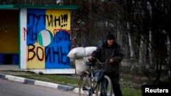 """Grafit selu u blizini Simferopola na kojem piše """"Putin, mi smo protiv rata"""", mart 2014."""