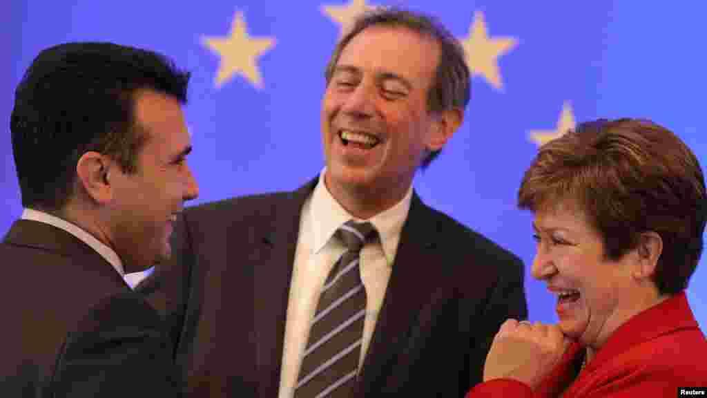 МАКЕДОНИЈА - Премиерот Зоран Заев е оптимист дека може да се најде решение на спорот за името со Грција. Тој на прес-конференција изјави дека 2018 може да биде добра за евроатлантските интеграции на Македонија.