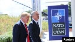 Президент Дональд Трамп менен НАТОнун баш катчысы Йенс Столтенберг. 11-июль, 2018-жыл.