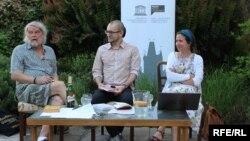 (Зліва направо) Письменник Петер Шабах, модератор Мірослав Томек, перекладачка Тетяна Окопна