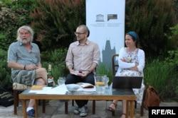 На зустрічі з чеським письменником та українським перекладачем. Зліва направо: письменник Петер Шабах, модератор Мірослав Томек, перекладачка Тетяна Окопна
