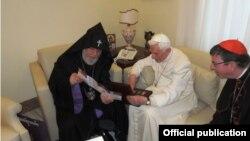 Վեհափառի հանդիպումը հանգստի անցած Բենեդիկտոս 16-րդ Պապի հետ, լուսանկարը՝ Մայր Աթոռի տեղեկատվական համակարգի