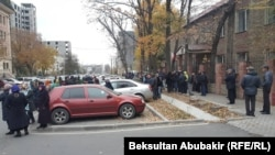 Сторонники Икрамжана Илмиянова возле здания Бишкекского городского суда. 31 октября 2018 года.