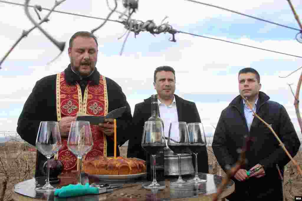 МАКЕДОНИЈА - Премиерот Зоран Заев беше на закројување на лозјата по повод празникот Свети Труфун. Од Тиквешијата тој изјави: Од првичните седум појдовни позиции во преговарачкиот процес, приближување во ставовите има во три од нив. Секако, суштинските позиции се многу значајни, името, уставот дали ќе се менува или не, јазикот и други работи кои таму се спомнуваа, рече Заев. Тој останува на ставот дека нема потреба од интервенции во Уставот и дека добро се знае до каде може да се направат отстапки, а доколку се најде решение граѓаните ќе го имаат последниот збор, преку референдум.