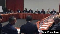 Послы стран ЕС и США с декабря прошлого года никак не могли уговорить непримиримых представителей оппозиции и «Грузинской мечты» сесть за стол переговоров