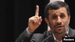محمود احمدىنژاد در بخشى از اظهارات روز دوشنبه خود از نظام بينالمللى به عنوان «نظام سلطه» نام برد و گفت كه «هيچ نظريهاى غير از جامعه مهدوى نمىتواند جايگزين وضع موجود دنيا شود.»