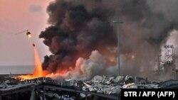 Helikopterrel oltják a tüzet a bejrúti kikötőben, 2020. augusztus 4-én.