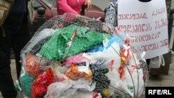 Грузинские экологи долгие годы пытались разными способами обратить внимание местных властей и общества на проблему