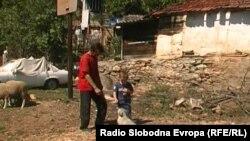 Горан Секулоски и неговиот син Владимир од селото Грешница.