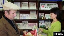 Әнүрбәк Гобайдуллин һәм Рәхилә Фәррәхова укучылар бүләк иткән газетлар күргәзмәсендә