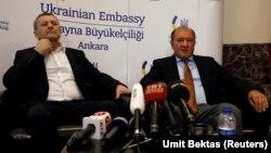 Ільмі Умеров (п) і Ахтем Чийгоз у посольстві України в Анкарі після звільнення, Туреччина, 26 жовтня 2017 року