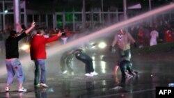 Үкіметке қарсы шеруге шыққандарға полиция cу шашты. Анкара, Түркия, 8 маусым 2013 жыл.
