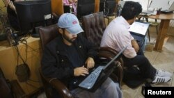 گروهی از شهروندان ایرانی در حال استفاده از اینترنت در یک کافینت