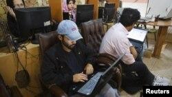 Arxiv foto: Tehranda internet kafe