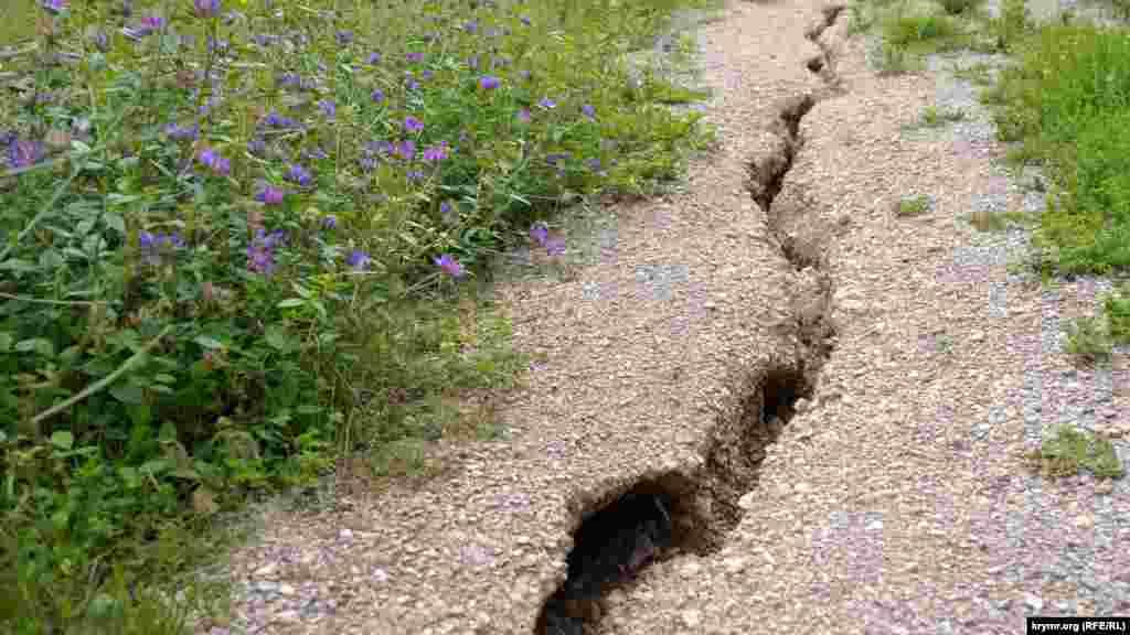 Рытвины на пригорке – последствия недавних ливней в здешних горах