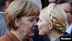 Анґела Меркель і Юлія Тимошенко на з'їзді ЄНП, фото 24 березня 2011 року
