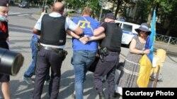 Задержание Владимира Шипицына на пикете в поддержку крымских татар