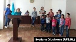 Задержанные у парламента Казахстана женщины с детьми в отделении полиции Есильского района. Астана, 27 мая 2014 года.