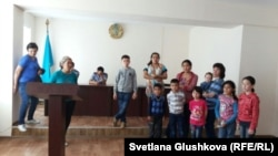 Женщины и дети, задержанные у парламента Казахстана, в отделении полиции. Астана, 27 мая 2014 года.