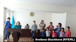 Пять женщин и семь детей в отделении полиции Есильского района, задержанные у парламента Казахстана. Астана, 27 мая 2014 года.
