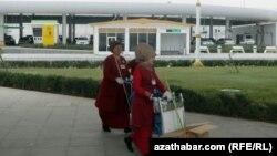 Ашхабад аэропортундагы тазалык кызматкерлери.